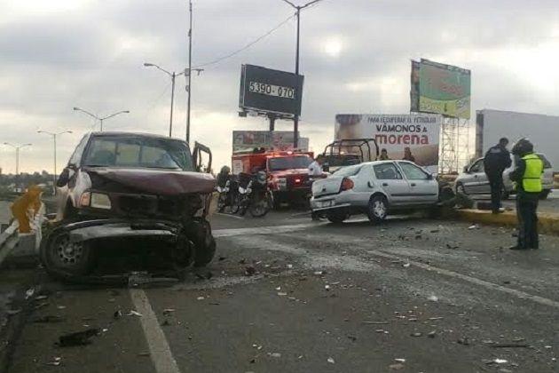 El accidente se registró a las 9:00 horas en la carretera Morelia-Pátzcuaro, sobre el paso a desnivel; se impactaron un Nissan Platina color plata y una camioneta Ford Lobo color ...