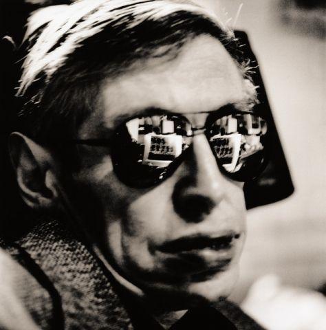 Stephen Hawking gefotografeerd door Anton Corbijn 1999