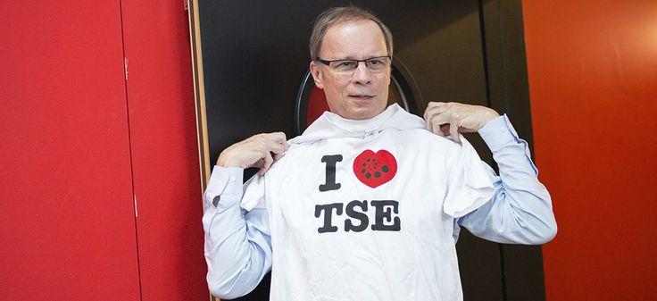 Jean Tirole pose avec un tee-shirt de la Toulouse School of Economics après l'annonce de l'attribution du prix Nobel 2014.