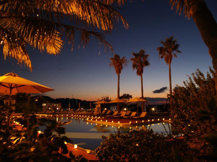 プールサイドで大人が楽しめるリゾートの夜
