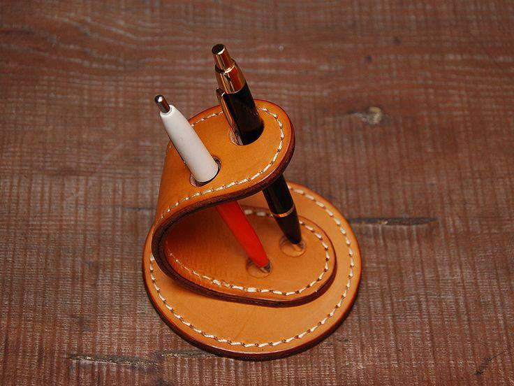 ハードレザーを使用した造形的な二本差しペン立て「革鞄のHERZ公式通販」