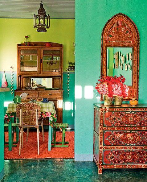 Esta casa de 60 m² foi construída especialmente para hóspedes. Decorada pela designer de interiores Neza Cesar, tem um cantinho na sala com toque oriental: a cômoda e o espelho marroquinos têm madeira toda trabalhada. Um luxo!