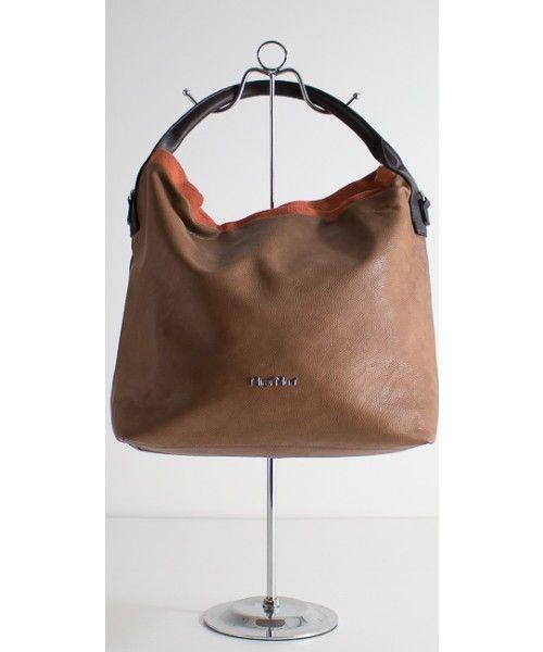 Maxi borsa double face in ecopelle. Portabilità a spalla e a tracolla. Disponibile in cammello/coccio e argento/nero.