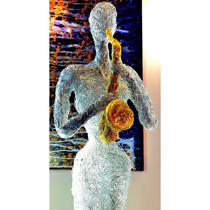Design Skulptur - Musikerin mit Saxophon - Aluminium silber /gold.   Höhe ca. 165 cm   Hochwertige Design-Skulptur für eine außergewöhnliche Dekoration
