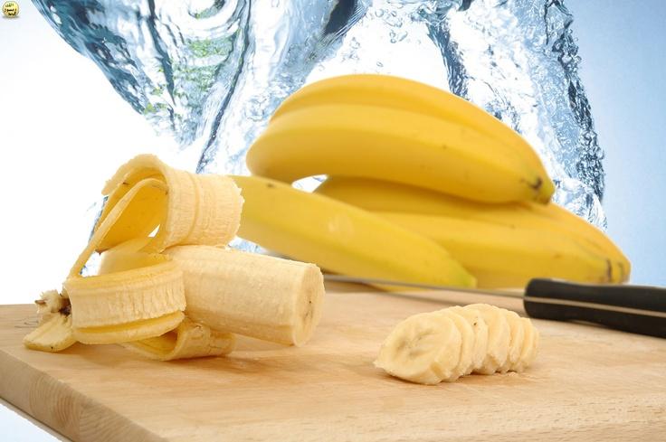 İçerdiği B6 vitamini sayesinde, protein ve amino asitlerin pek çok kimyasal reaksiyona girmesinde muz aktif bir görev alır. Ayrıca beynin normal fonksiyonlarını gerçekleştirmesine yardımcı olur. Kırmızı kan hücrelerinin oluşmasını destekler. Bunun yanında vücut sıvıları arasındaki kimyasal dengenin sürekliliğini sağlar. Enerji üretimine yardımcı olur ve strese karşı dayanıklılık sağlar. İçerdiği karbonhidrat, yağ ve proteinin metabolik işlemleri sırasında yardımcı enzim görevi görür.