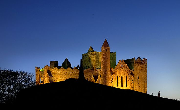 De castillo en castillo por Irlanda Vista nocturna de Rock of Cashel, espectacular grupo de edificios medievales situado en un promontorio de piedra caliza en Golden Valley