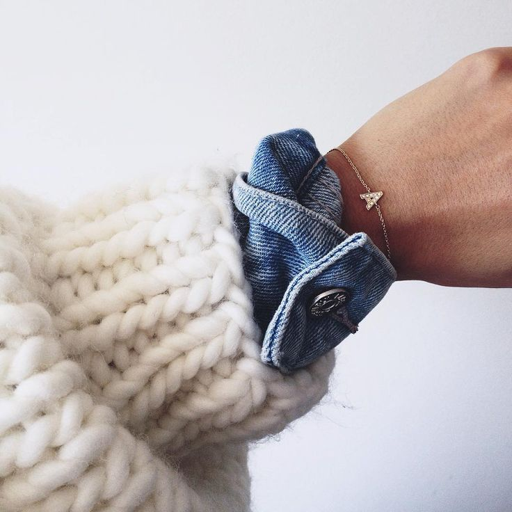 Cet automne, on pense à superposer gros gilet, veste en jean et très fin bracelet (instagram Andy Csinger)