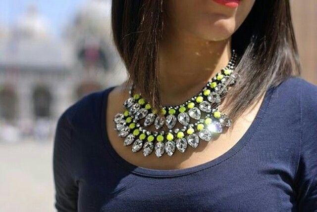 Linda combinacion , blusa azul con collar amarillo y blanco