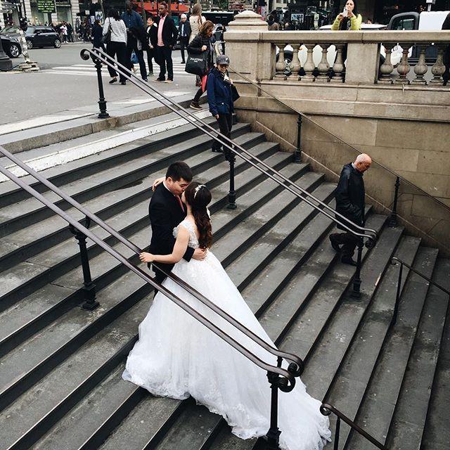 La vie réelle V/S le conte de fées 👑 Prochaine étape : le shooting de mariage à la station Châtelet, devant l'orchestre russe, à l'heure de pointe ••• 🇬🇧 The fairy tale V/S Everyday life