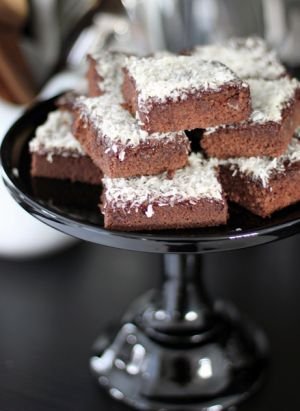 Leilas kärleksmums är en given succé på barnkalaset! Kärleksmums ska vara en luftig och saftig kaka. Hemligheten med det här receptet på kärleksmums är at...
