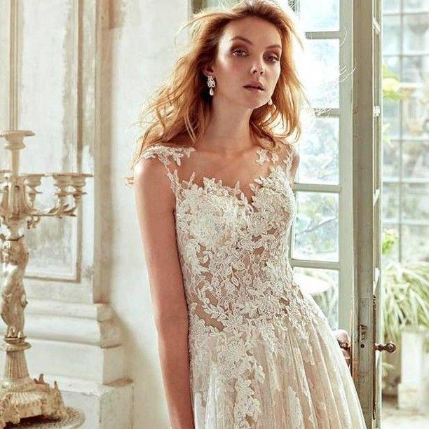 Il romanticissimo pizzo in un abito dall'eleganza e dallo stile moderno per la collezione Nicole spose disponibile nell'Atelier di Cava. Richiedi un appuntamento: 089466318