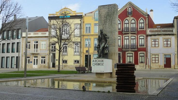 Estátua em homenagem ao escritor Eça de Queirós, na Praça do Almada.