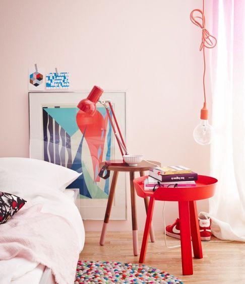 Kleine Beistelltische neben dem Bett: Kräftige Töne wie Rot dominieren von allein und sollten den Schwerpunkt setzen. Mit zu vielen starken ...
