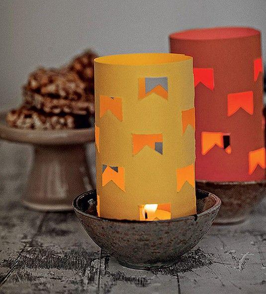 Lanterna, bandeirinhas, fogo: é praticamente um arraial portátil essa ideia para iluminar a mesa de quitutes juninos, feita com papel-cartão recortado com estilete e velinhas de réchaud. Lembre-se apenas de fazer cilindros largos o suficiente para não queimar o seu amor