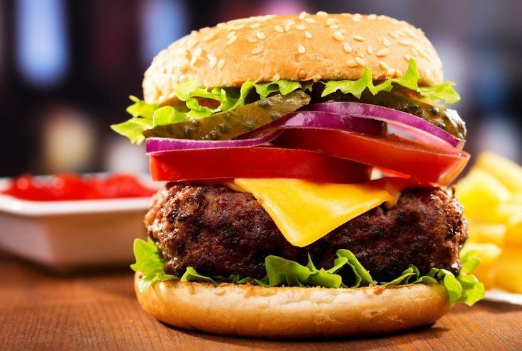 Mäso: 600 g hovädzieho mäsa 1 cibuľa 1 strúčik cesnaku 1 lyžica worčestrovej omáčky 2 lyžice rastlinného oleja  Omáčka: 2 lyžice majonézy 2 lyžice kečupu ½ lyžice bieleho vinného octu  Ďalej potrebujeme: dijonská horčica nakladané uhorky 4 hamburgerové žemle 4 listy šalátu 2 paradajky 1 šalotka 4 plátky syra Eidam...