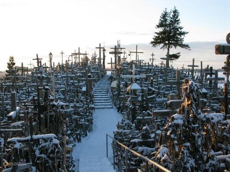 Гора крестов – #Литва #Шяуляйский_уезд (#LT_SA) 50 тысяч крестов в одном месте, и это место - не кладбище!  ↳ http://ru.esosedi.org/LT/SA/4490461/gora_krestov/