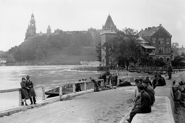 A view form Dębnicki bridge on Wawel Castle. Cracow, year 1925