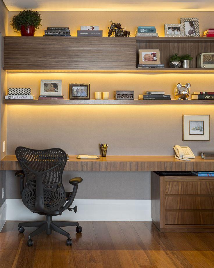 Home office com prateleiras lindas de madeira e uma cadeira com rodinhas para facilitar o trabalho.