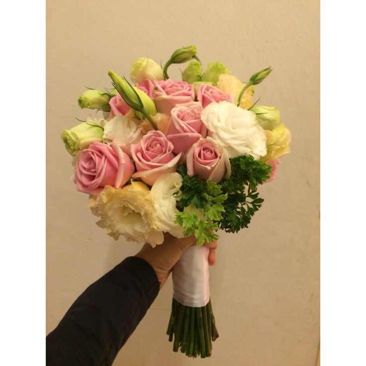 ; combination of pink roses and white lisianthus