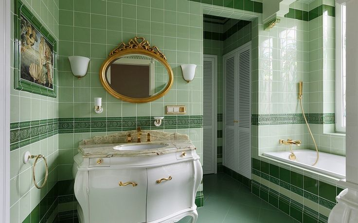 Ванная комната оформленная в зеленых тонах с классической мебелью. #дизайн_ванной #зеленая_ванная_комната #классическая_мебель_для_ванной