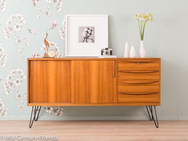 Teilmassives Sideboard im skandinavischen Stil aus den 1950er Jahren nach einem Entwurf des Bauhaus-Schülers Franz Ehrlich. Korpus in Nussbaum Furnier mit zwei Schiebetüren, einem Einlegeboden,...