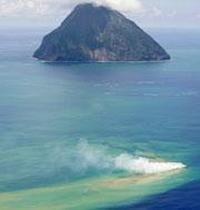 Volcanes bajo el mar. Son fisuras de la Tierra que se encuentran bajo el fondo marino (a más de 2.000 metros), en las que pueden ocurrir erupciones. La gran mayoría está en áreas donde hay movimiento de placas tectónicas.