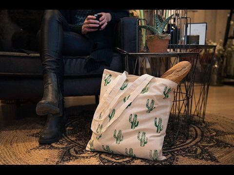 DIY-pakket tas stempelen. In dit pakket vind je alle benodigde materialen en een handleiding voor het bestempelen van jouw tas. In dit pakket zitten o.a. drie tubes textiel verf, een tas en één lino plaat met 3 stempelblokken waarmee je je tas naar eigen smaak kan bestempelen. Hiervoor kun je gebruik maken van onze voorbeelden of op zoek gaan naar een ander ontwerp van het internet of uit een tijdschrift. Hoe je het ontwerp van begin tot eind op je tas aanbrengt staat in onze handleiding.