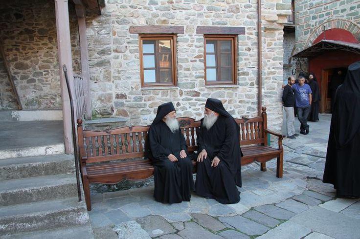 Ο γέροντας Νεκτάριος με τον Καθηγούμενο της Ιεράς Μονής Καρακάλλου, π. Φιλόθεο. - Elder Nektarios with the Abbot of Karakallou Monastery, Father Philotheos