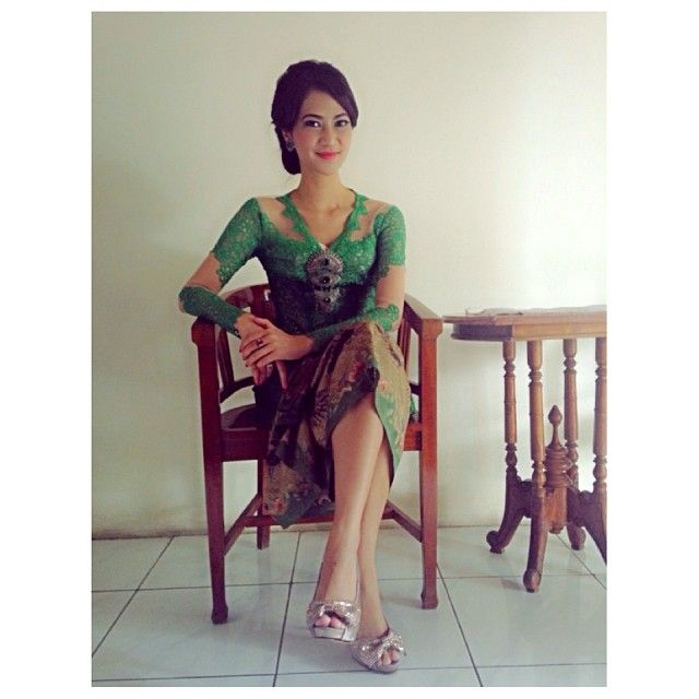What a great shade of green! ...........................................kebaya