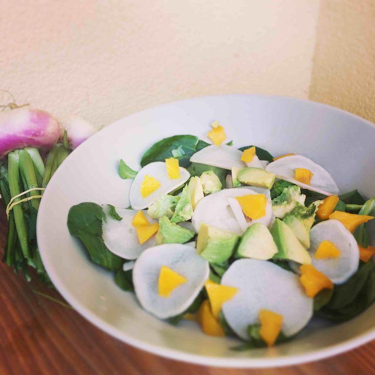 Vive le printemps! #healthy #salade #mangue #vegan   Toutes les infos sur le blog   https://healthyfamilly.wordpress.com/2017/04/04/salade-aux-navets-nouveaux-et-a-la-mangue/