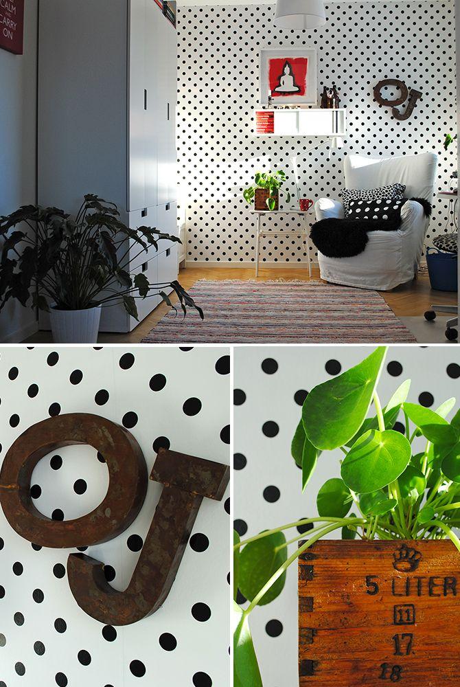Arbetsrummet med sin vit och svartprickiga tapet från Intrade.