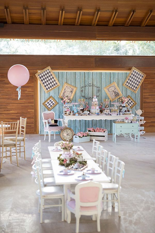 A Invento Festa criou uma linda decoração com tema Alice no País das Maravilhas para os 5 anos da Gabriela. Vem ver os detalhes