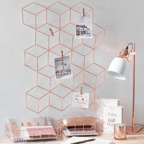 Fotopinnwand aus roségoldenem Metall über dem Schreibtisch. Art moderne #pinnwand für Bilder, Notizen und sonstiges. Schöne #büroeinrichtung in #roségold.