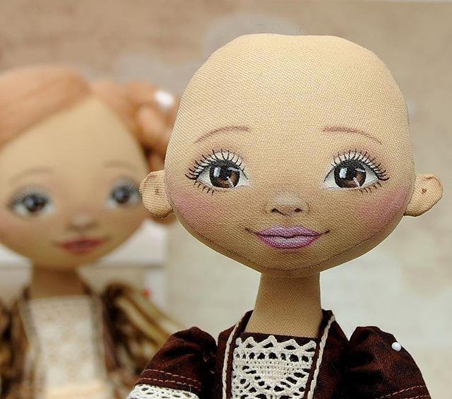 Так давно ничего не рисовала, что взяв краски и кисточки, показалось, что ничего не получится. Но все прошло успешно и скоро будут готовы две девочки. #конкурссизюминкой_процессы #текстильнаякукла #интерьернаякукла #кукла #куклаизткани #кукларучнойработы #ручнаяработа #хендмейд