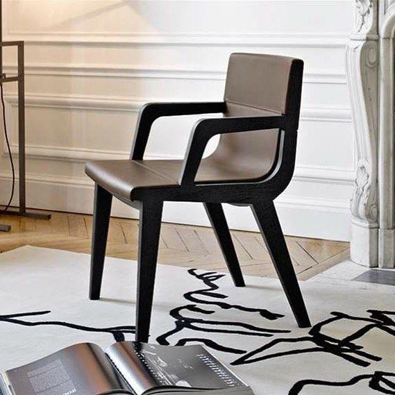 Acanto com ou sem braços têm molduras de madeira maciça que suportam confortáveis assentos cobertos em tecido ou couro. #product #cadeira #Acanto #Antonio #Citterio #moderna #design #designinterior #decoração #decor #designfurniture #homedesign #decorate #homelove #móveis #estilo #despojado #mydecor #designmoveis #product #mydecor #siga by mydecor.world http://discoverdmci.com