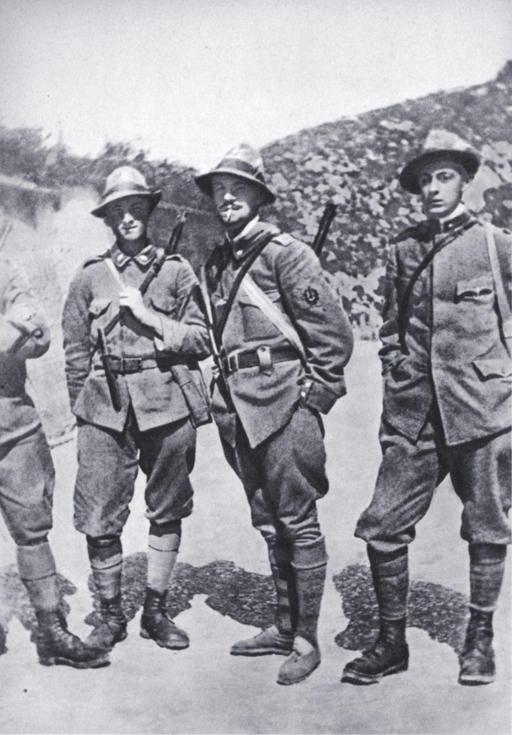 Truppe d'Assalto Alpine ( stemma da manica, giacca mod. ciclista, pugnale alla cintola, fucile mod. 91 corto)