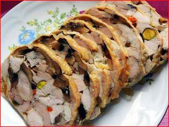 Куриный Рулет ПраздничныйКурица - 1 шт Фисташки - 200 г Грибы - 300 г Соль Перец  Приготовление:  С курицы снимаем кожу. Удаляем кости и режем мясо небольшими кусочками (можно использовать куриное филе). Грибы жарим, подсаливаем и перчим.  В мясо добавляем очищенные фисташки, жаренные грибы, все хорошенько перемешиваем, солим, перчим и заворачиваем в кожу курицы. Придаем форму рулета.  Затем рулет заворачиваем в фольгу и ставим в духовку при температуре 220 градусов  на 1 час.