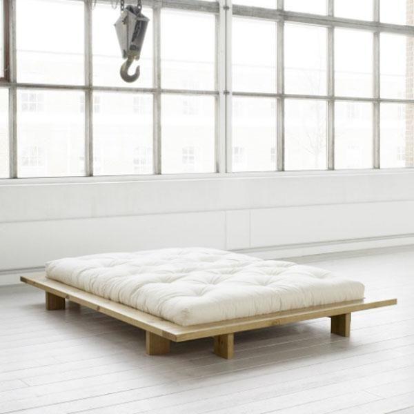 La cama Jaka de diseño limpio y minimalista, está fabricada con madera de pino escandinavo proveniente de tala controlada certificada FSC. Está disponible en 2 medidas 140 y 160 cm y 3 acabados diferentes: natural o barnizada en tono miel o wenge. La cama incluye un somier de madera integrado en la cama alrededor del cual destaca el marco de 14 cm de anchura que le confiere su diseño característico.  Medidas:- 168 x 218 cm, para futón/colchón de 140 cm- 188 x 218 cm, para futón/colchón de…