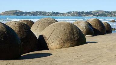 Záhada na pláži: Jak vznikly dokonale kulaté balvany na Novém Zélandu