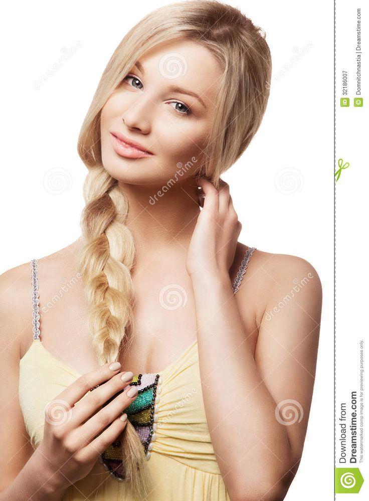 belle femme blonde avec la coiffure de tresse