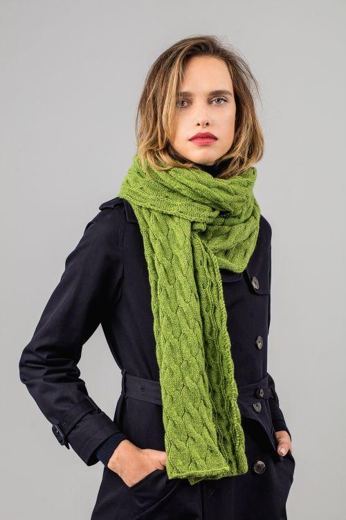 Breiter Schal mit Zopfmuster - Initiative Handarbeit