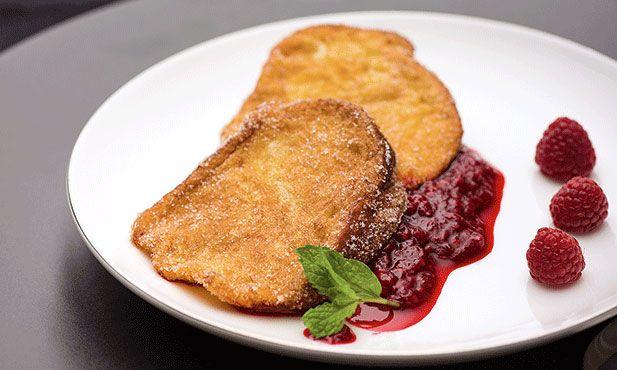 Rabanadas de bolo-rei acompanhadas de puré de framboesa, a receita que lhe permite aproveitar as fatias de bolo-rei ou de bolo-rainha que sobraram da Consoada ou do dia de Natal.