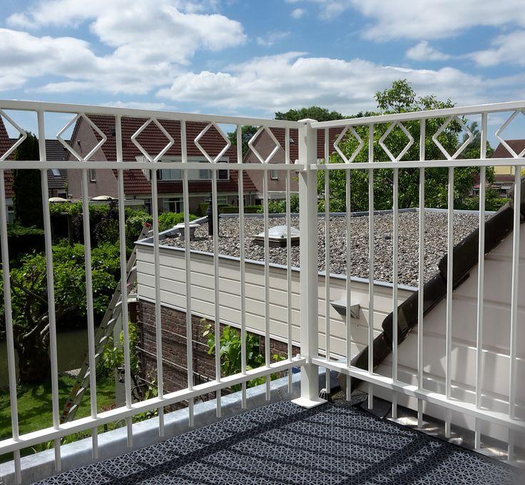 Balkonhekwerk model Assumburg in een mooie kleur wit RAL9010. Dit balkonhekwerk is speciaal op maat gemaakt voor de klant.