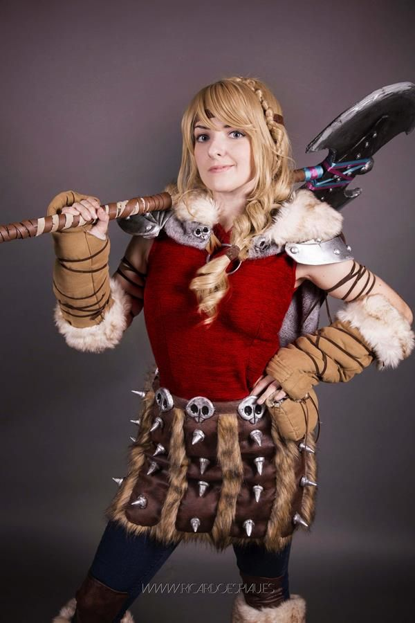 Astrid from How to Train Your Dragon 2 Cosplayed by Odinia Cosplay