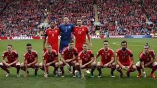 Image copyright                  Reuters                  Image caption                                      Gales empleó una formación 3 + 8 para al foto del equipo el pasado domingo en Cardiff.                                Es tan diferente a lo habitual que las fotos de equipo que Gales ya generan expectativas por sí solas. Y parece que los integrantes de