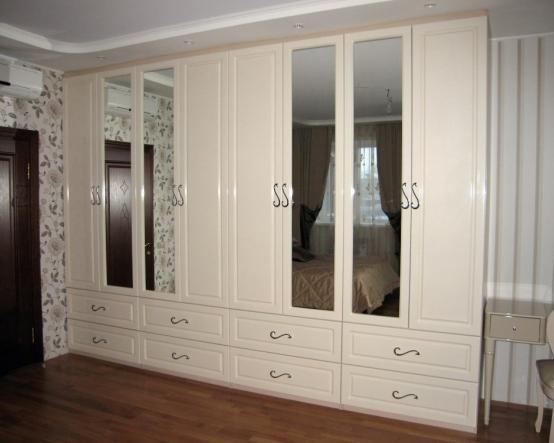 Светлый цвет, большое зеркало, вместительность и изящество. Шкаф Ламберт просто создан для спальни http://www.mebel-zevs.ru/shkafy/shkaf_rasp_022
