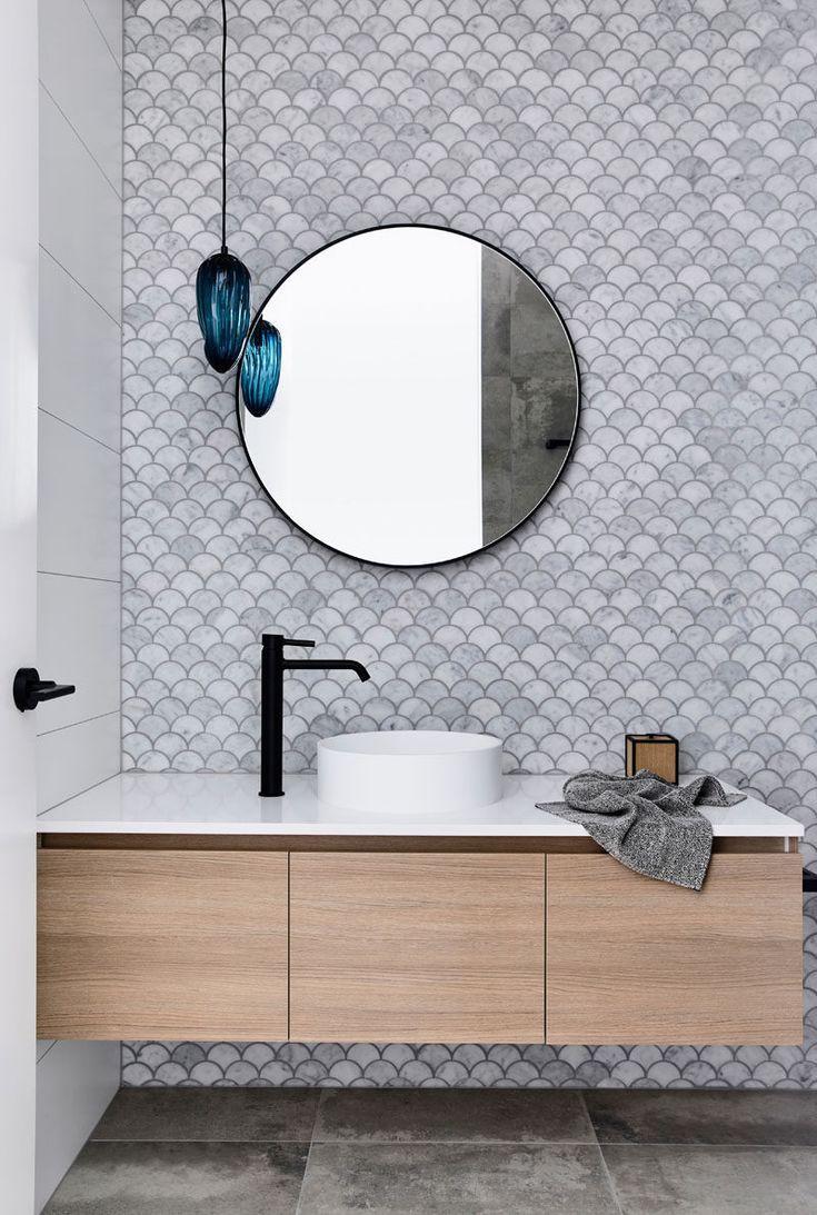 In Diesem Modernen Badezimmer Werden Fischschuppenkacheln Auch Als Wellen Oder Facherfliesen Bezeichnet Mobel Diy Dekoration Badezimmerspiegel Badezimmer Badezimmereinrichtung