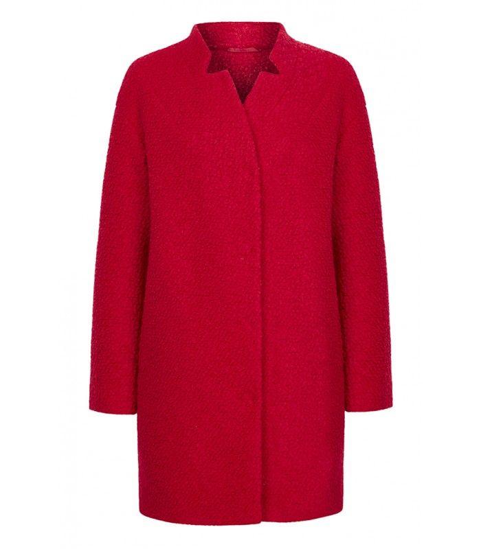 При минималистичной форме пальто - все ставки на фактурный ультрамодный буклированный материал и контрастный цвет. Универсальная форма позволит создавать комплекты в любом стиле, а воротник-стойка при желании может стать отложным