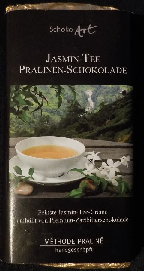 Schoko Art Jasmin-Tee Pralinen-Schokolade... Μαύρη σοκολάτα 53% κακάο με γέμιση κρέμα τσάι γιασεμί. Ωραίο απαλό άρωμα κακάο. Νόστιμη μαύρη σοκολάτα επικάλυψης ελαφρώς γλυκιά που αγκαλιάζει την πάστα τσαγιού η οποία απελευθερώνει απαλή γεύση γιασεμιού σαν να πίνει καποιος τσάι γιασεμί! Ενας ιδιαίτερος και εντυπωσιακός συνδιασμός!