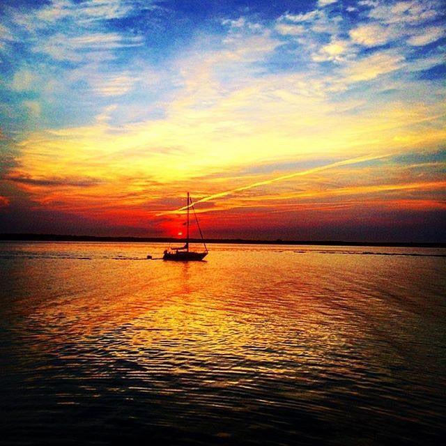 Watching the sunset over the sea in New Brunswick is serenity at its finest. // Un été qui veut rester au Nouveau-Brunswick! Photo : @thelannah / Instagram #ExploreNB